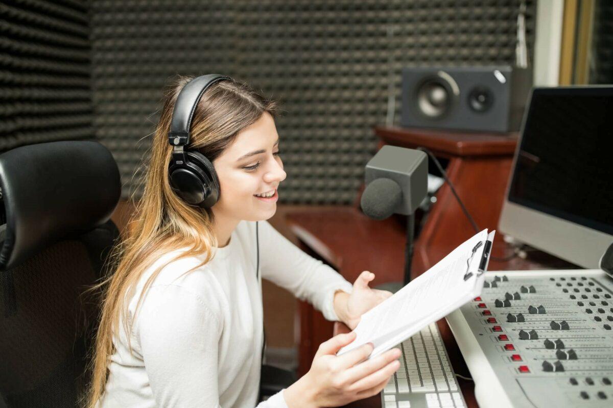 На фото – диктор в студии звукозаписи
