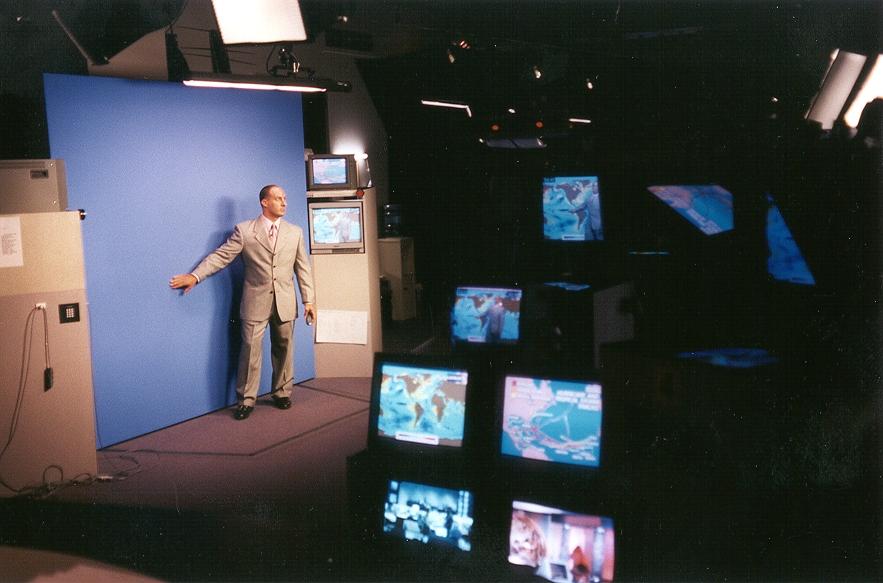Ведущий прогноза погоды и синий фон